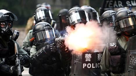 Poliisi käytti kyynelkaasua mielenosoittajien taltuttamiseksi.