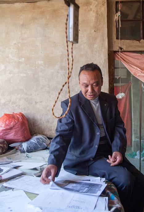 Feng Jun, 66, syyttää terästehtaan saasteita tyttäriensä sairastumisesta.