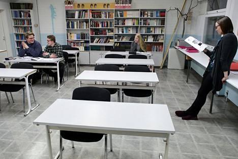 Suomen pienimmässä lukiossa Savukoskella on 13 oppilasta. HS seurasi joulukuussa 2019 yhden lukion oppilaan koulupäivää. Äidinkielen opettaja Suvi Tuomela pitää tuntia, kuuntelemassa oppilaat Jalmari Harju (vas.), Petteri Kelloniemi ja Saana Suokanerva.