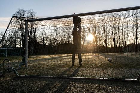 Selim Tuomivaara, Akseli Tuomivaara ja Amos Tuomivaara pelasivat lauantaiaamuna jalkapalloa Käpylän urheilukentällä.