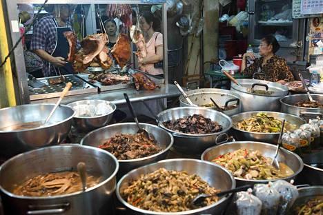 Moni matkailija tuo tietämättään Thaimaan-lomalta antibiooteille vastustuskykyisen superbakteerin. Bakteeritartunnan voi saada esimerkiksi ruuasta tai juomasta. Katuruokakoju Bangkokissa kuvattuna joulukuussa 2015.