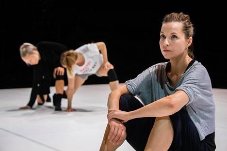 Susanna Leinonen ei enää itse tanssi, mutta työstää koreografioidensa liikettä vahvasti oman kehonsa kautta.