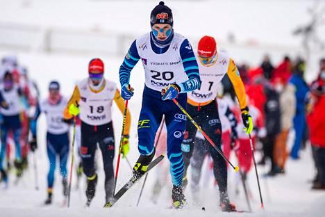 Alexander Ståhlberg hiihti kärjessä tai sen tuntumassa koko sunnuntaisen 30 kilometrin yhteislähtökisan ajan.