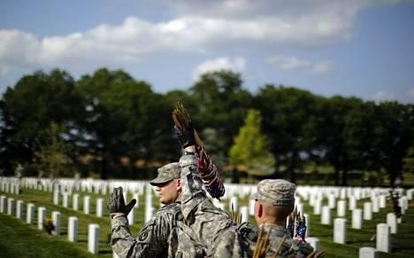 Yli 14 000 kuollutta miestä sai Pennsylvaniassa kirjeen, jossa heitä käskettiin rekisteröitymään armeijaan. Armeijan edustajat asettivat lippuja kuolleiden sotilaiden haudoille Arlingtonissa toukokuussa.