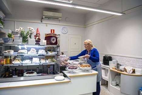 Kahvila sijaitsee entisissä apteekin tiloissa. Apteekista muistuttavat vielä ikkunoissa olevat kalterit. Myös tiski ja valaisimet ovat apteekin peruja.