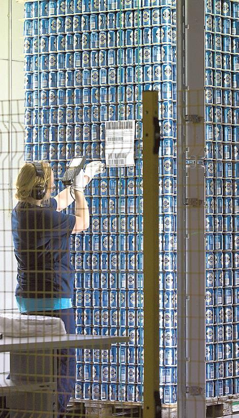 Helena Särkelä tarkistaa tölkkierän laadun Rexamin tehtaalla. Valmis tölkkierä ohjataan kirkkaiden lamppujen alle, jossa mahdolliset virheet erottuvat.