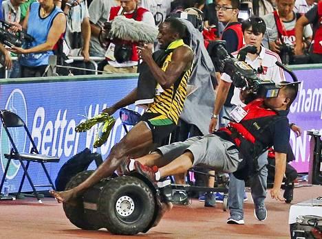 Usain Boltin kohtaaminen kuvaajan kanssa Pekingin MM-kisoissa on yksi menneen vuoden ikimuistoisimpia urheilukuvia.