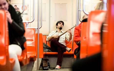 Marouf Majidi kulkee paljon metrolla ja saa sieltä ideoita. Hän on myös esiintynyt Euroopan eri metroissa tanssijoiden kanssa.
