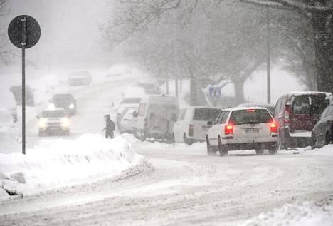 Ajokeli on lauantaina 6. maaliskuuta lumisateiden vuoksi huono lähes koko maassa. Kuva otettu Helsingissä 19. tammikuuta, jolloin sankka lumisade vaikeutti liikennettä.