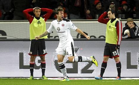 Eintracht Frankfurtin Marco Russ juhli Leverkusenia vastaan tekemäänsä maalia.