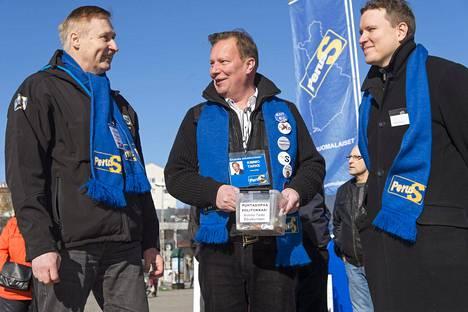 Perussuomalaisten kansanedustajaehdokas Ville Tavio (oik.) Turun torilla keväällä 2015. Vasemmalla ehdokkaat Juhani Pilpola ja Kimmo Tarke.