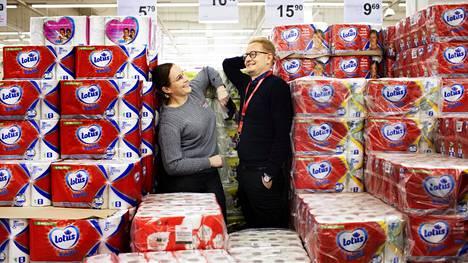 """Suomalaiset ostivat torstaina 12. maaliskuuta usean suomalaisen kaupan vessapaperihyllyt tyhjiksi. K-Citymarket Eastonin kauppiaat Anne ja Mika Timonen muistavat illan hyvin. """"Se oli šokki. Olimme kuin peurat ajovaloissa"""", kuvailee Mika Timonen."""