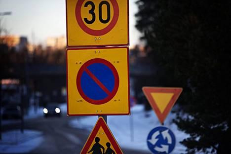 Alueelliset pysäköintikiellot aiheuttavat paljon hämmennystä autoilijoissa, rakennusvirastosta kerrotaan.