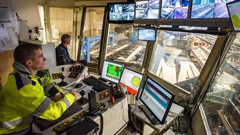 Tuotannonsuunnittelija Eemeli Laaksonen hoitaa valvomossa lakon aikana sahurin tehtäviä.