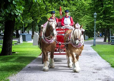 Hevosajurit ovat vuorotellen ohjaksissa. Viola Kantolan vieressä istuu työpari Sami Lappalainen.