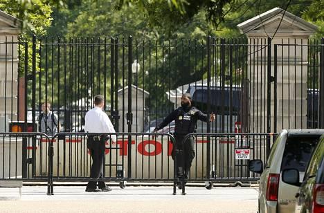 Poliisi sulki Valkoisen talon sisäänkäynnit ampumavälikohtauksen jälkeen.