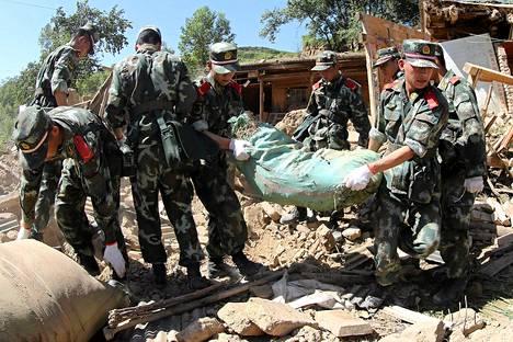 Pelastusmiehet tutkivat romahtaneen talon raunioita Rescuers Hetuossa Dingxissä.
