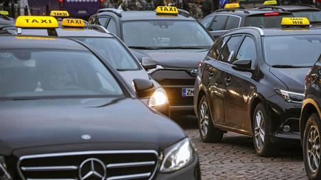 Juha Sipilän hallituksen taksiuudistus nosti kyytien hintoja etenkin Etelä-Suomen kasvukeskuksissa.