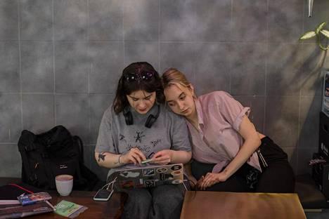 Ylioppilaslehti Doxan toimittaja Nastja Jakubovskaja (oik.) seuraa, kun Arina Istomina (vas.) lukee juttua kollegoiden kohtelusta.