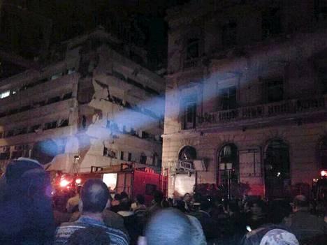 Räjähdyksessä vahingoittunut poliisin päämaja Mansurassa Egyptissä.