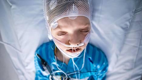 Varkautelainen Johannes Intke, 9, nukkui yön Kuopion yliopistollisen sairaalan unitutkimusyksikössä. Unen aikana häneltä mitattiin muun muassa aivosähkö käyrää, hengityksen ilma virtauksia ja hengitysliikkeitä.