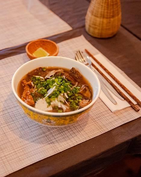Sienet, fenkoli ja mustapippuri tuovat Saigonesen vegaanisen pho-keiton makuun syvyyttä.
