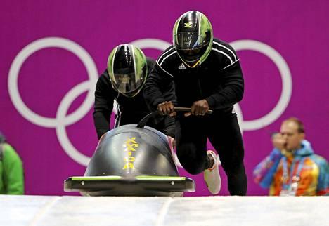 Winston Watts (oik.) ja Marvin Dixon kilpailevat kelkkailussa.