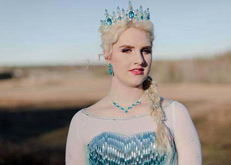 Prinsessana esiintyvä Cecilia Vuorimaa esiintyy lasten syntymäpäivillä erilaisissa prinsessa-asuissa. Kuvassa hän esittää Frozen-elokuvan Elsaa.