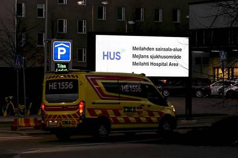 Ambulanssi Helsingin ja Uudenmaan sairaanhoitopiirin Husin Meilahden sairaalan alueella Helsingissä.