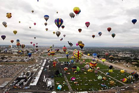 Sadat kuumailmapallot nousivat ilmaan kansainvälisessä kuumailmapallojuhlassa Albuquerquessa New Mexicossa sunnuntaina.