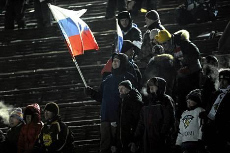 Venäjän kiekkojoukkueen kannattajat pitivät tunnelmaa yllä Olympiastadionin ottelussa.