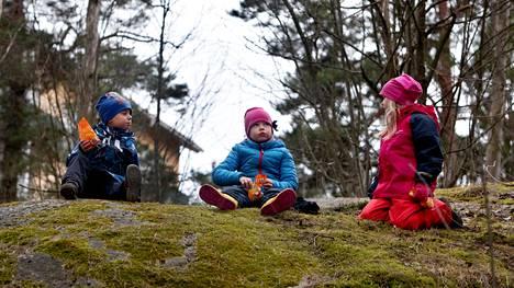 Taimi Stenberg (keskellä) on saanut tavata pihalla etäisyys huomioiden kahta naapuriaan Hilla ja Leo Köpsiä, jotka toivat hänelle onnittelut synttäripäivänä.