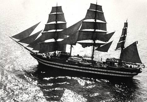 Amerigo Vespucci Porkkalan vesillä. Vihreä-valko-punainen lippu liehuu mesaanihaarukassa ja laiva luovii isopurje koottuna.