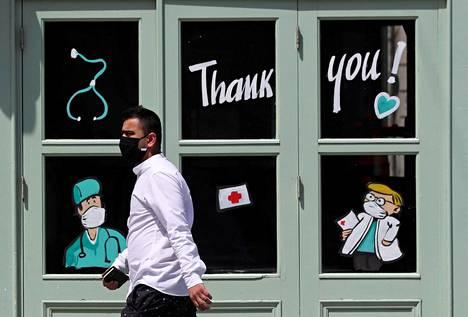 Maskeja näkee kadulla Brysselissä, mutta valtaosa ihmisistä kaivaa ne esille vasta mennessään kauppaan tai bussiin. Mies käveli Brysselin keskustassa kesäkuun alussa.
