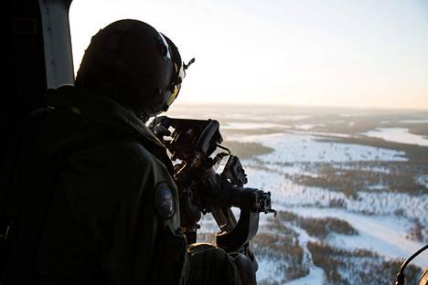 """Rovajärven ampuma- ja harjoitusaluetta Maavoimien helikopterista nähtynä. Etualalla Dillon-ovikonekivääri eli """"minigun""""."""