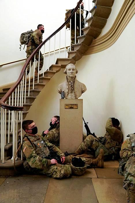 Osa kansalliskaartin sotilaista lepäsi portaikon juurella.
