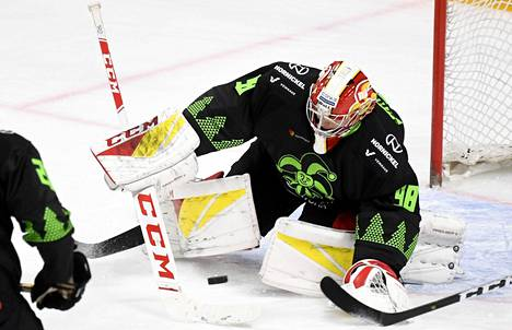 Jokerien maalivahti Janis Kalnins joutui antautumaan neljä kertaa. Kuvassa Kalnins torjuntatöissä Lokomotiv Jaroslavlia vastaan Helsingissä 19. joulukuuta 2019.