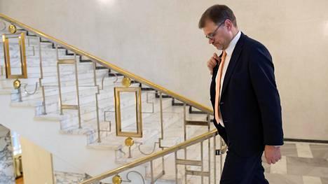 Pääministeri Juha Sipilä poistumassa torstaina keskustan eduskuntaryhmän kokouksesta.