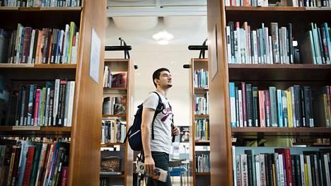 Helsingissä asuva Thair Al-Janabi tuli useasti opiskelemaan suomen kieltä Malmin kirjastoon ennen kuin uusi kielikurssi alkoi Espoossa. Al-Janabi oli Irakissa lääkäri, nyt hän täydentää osaamistaan.
