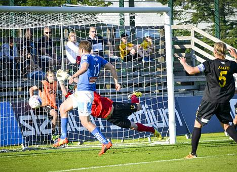 Aleksandr Kokko tekee 2–0-maalin ohi Hongan Daniel Kollarin.
