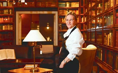 Birgitta Väisänen myy huonekaluja Boknäs-liikkeessä, joka on tunnettu kirjahyllyistään.