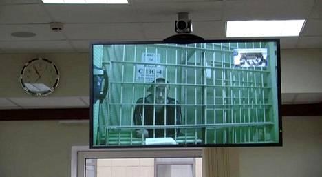 Pavel Ustinov oikeudessa perjantaina Moskovassa. Kuva on otettu ruudusta, jonne oikeudenkäynti esitettiin oikeustalolla videolinkin kautta.