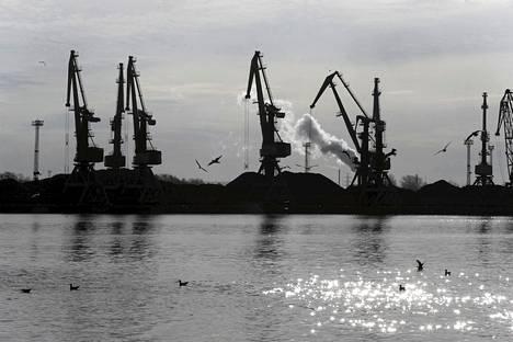 Ventspils on vaurastunut Venäjältä tulevan öljyn- ja tavarankuljetusliikenteen ansiosta, mikä on tuonut myös pormestari Lembergsille taloudellista ja poliittista vaikutusvaltaa. Nostokurkia satamassa huhtikuussa.