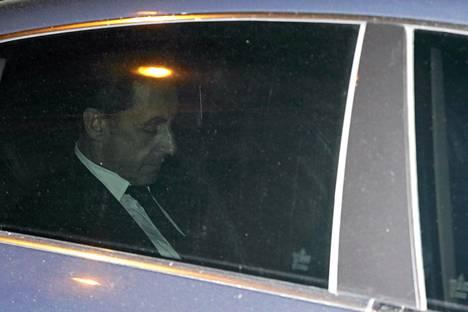 Nicolas Sarkozy poistumassa kuulusteluista Pariisissa.