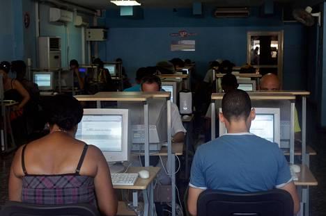 Kuubalaiset käyttivät kesällä 2012 tietokoneita havannalaisessa nettikahvilassa, jossa he voivat vain tarkistaa sähköpostinsa. Kuuba kontrolloi tarkkaan kansalaistensa netin käyttöä.