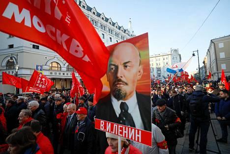 Kommunistit marssivat Moskovan keskustassa lokakuun vallankumouksen vuosipäivänä 7. marraskuuta.