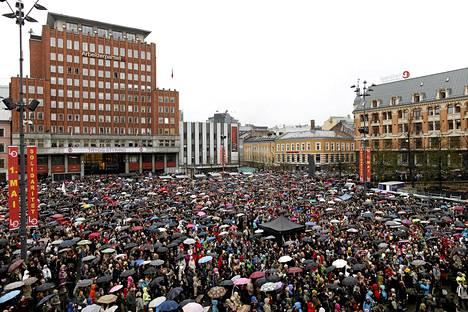 Kymmenet tuhannet ihmiset kokoontuivat Osloon laulamaan joukkomurhaajan vihaavaa laulua.