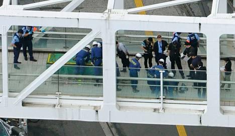 Poliisi ja pelastustyöntekijät tutkivat Shinjukun asemalla aluetta, jossa mies sytytti itsensä palamaan sunnuntaina.