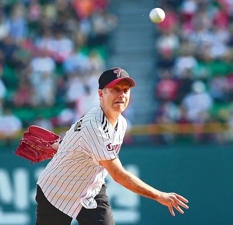 Michael J. Sandel heitti avauspallon Soulissa viime sunnuntaina pelatussa baseball-ottelussa.