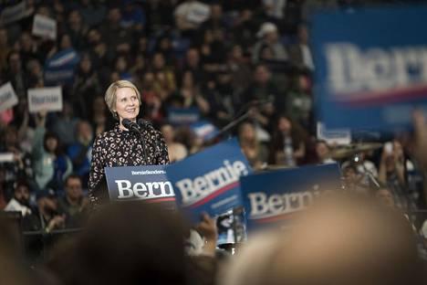Cynthia Nixon puhui yleisölle Bernie Beats Trump -esivaalitapahtumassa Durhamissa.